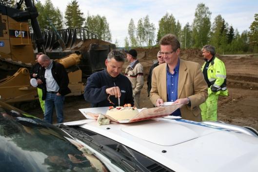 Maskinoverrekkelsen feires med en stor bløtkake. Fra venstre: Frank Ole Sørensen, daglig leder i Hæhre Maskinutleie AS, og adm. direktør Inge Stensland, Pon Equipment AS.