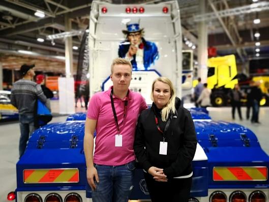 Samboeren Ida-Marie Nilsen har sin del av æren for at bilen ser så bru ut som den gjør. Her er hun sammen med Andreas på Scandinavian Truck Trophy på Norges Varemesse i Lillestrøm. Det endte med pallplass.