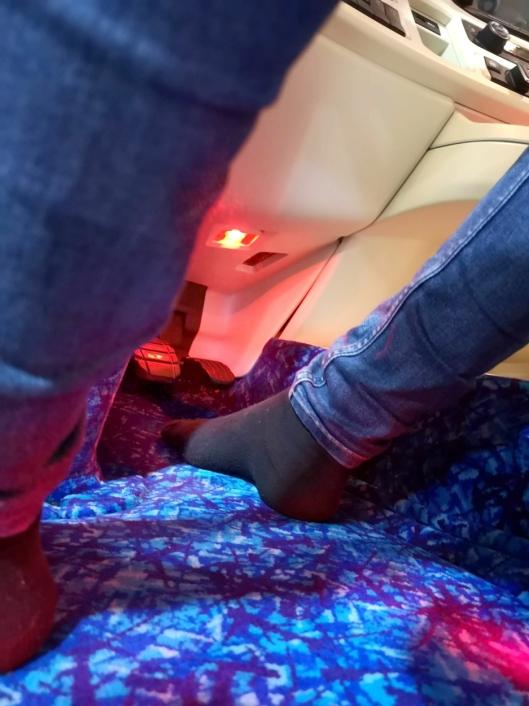Det er helt skofritt i førerhuset til Andreas. Han kjører i sokkelesten. – Det gjør de fleste jeg kjenner også i sine biler, sier han.