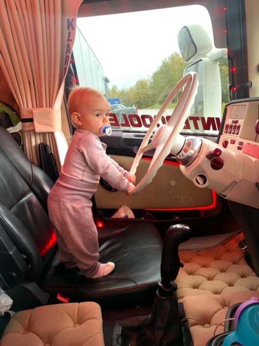 Andreas' og Ida-Maries datter, Emma-Marie (1), har allerede fattet interesse for å kjøre lastebil. Men hun må vente noen år til, før hun når ned til pedalene og kan ta «lappen».