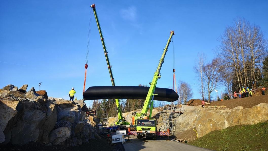 Ny komposittbru heises på plass ved innkjøringen til Politiets nasjonale beredskapssenter av Kynningsrud 30. oktober 2019.