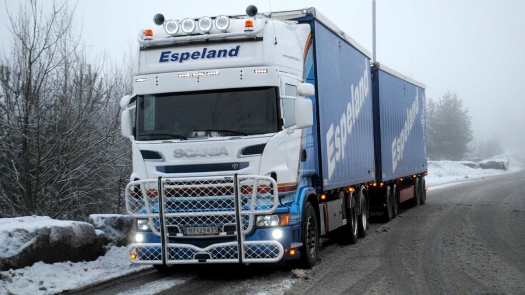 Espeland Transport gjør sjåførstunt for å holde vogntogene i trafikk.
