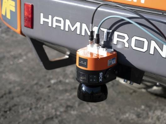 SENSOR: Sensorer både foran og bak på maskinen sørger for sikkerheten.