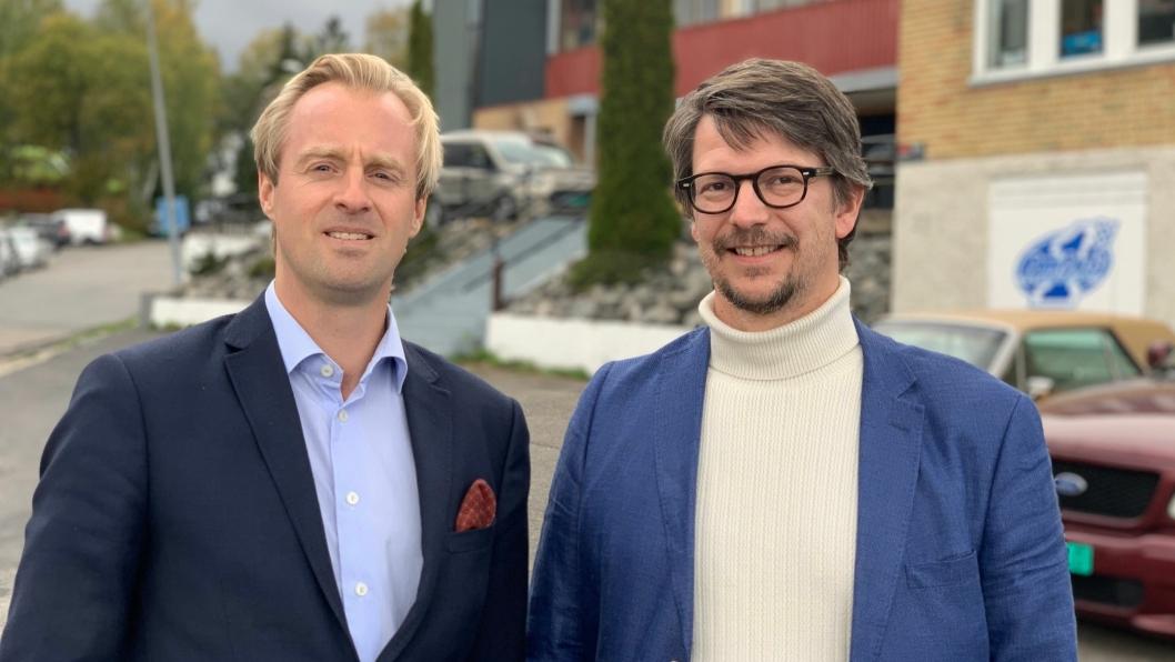 Porteføljedirektør i AF Eiendom, Otto Christian Groth (t.v.) og prosjektdirektør i OBOS Nye Hjem AS, Jørgen Stavrum. Tomten i bakgrunnen skal omgjøres fra industri til nye boliger.