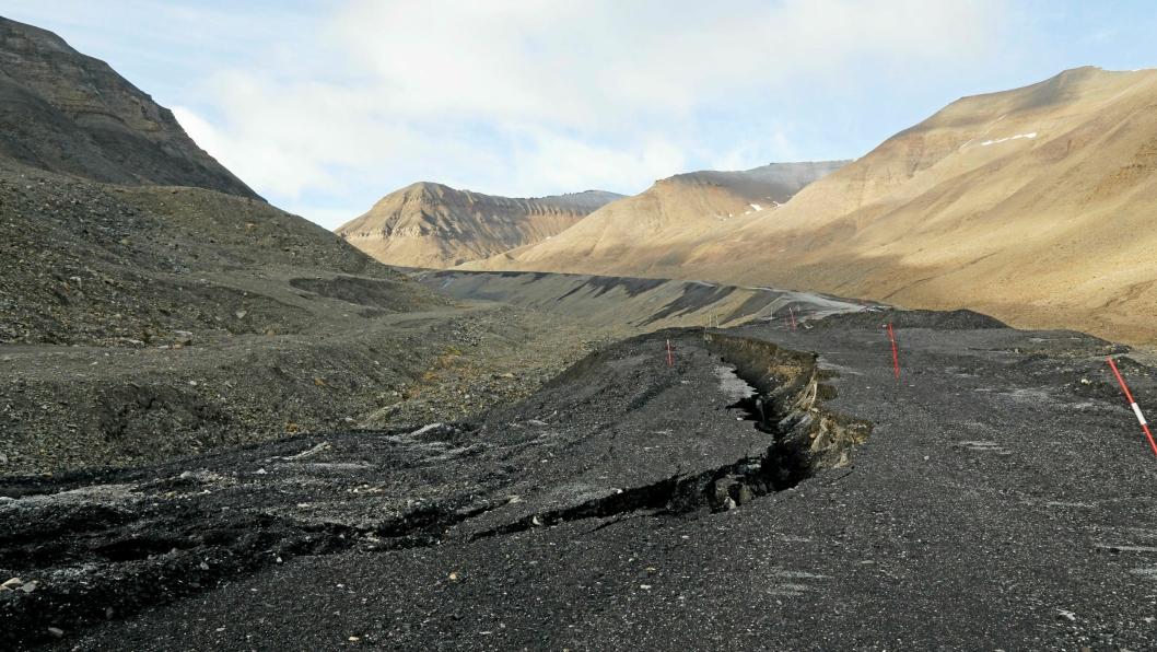 SKAL BORT: Blant annet skal denne veien over isbre på vei opp til Svea Nord graves opp og fjernes.