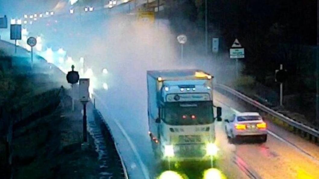 Bilistene bak den rykende tungbilen, kjørte etter den inn i Væretunnelen 31. oktober 2019. Der ble den stående. Til alt hell utviklet dette ikke seg til en alvorlig hendelse.