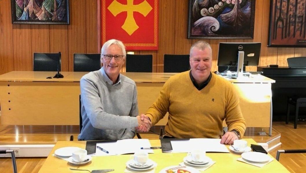 Veidekkes distriktsleder Ståle Brovold i Veidekke Bygg Trøndelag (t.v.) og rådmann Jostein Grimstad i Verdal kommune undertegner kontrakten for Verdal bo- og behandlingssente.