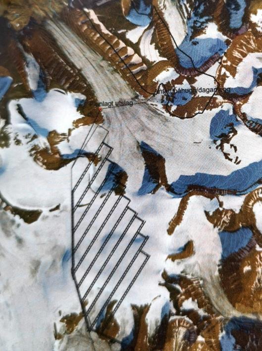 Luftfoto fra Svalbard. Lunckefjell ligger 2 km nordøst for et eventuelt utslag fra Svea Nord. Tunnel er vurdert som for teknisk utfordrende og kostbart, så planen er å anlegge vei over Marthabreen.