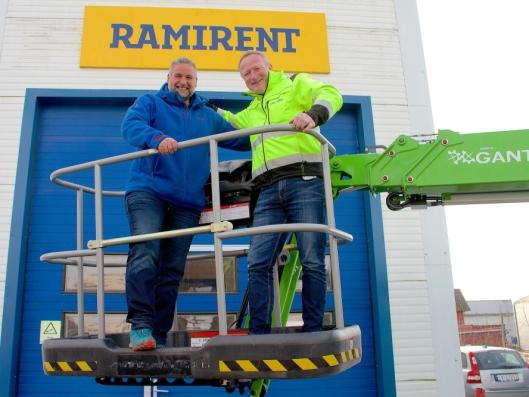 Regionleder i Ramirent, Geir Helland(t.h.) og kundesenterleder i Ramirent Jessheim, Knut Arne Engelstad er høyt oppe etter at Stavdal-avdelingen på Jessheim nå har blitt en del av Ramirent-konsernet.