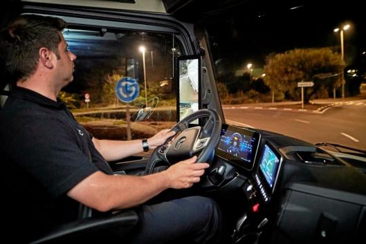 NATT: Speilene skal gi mye bedre oversikt rundt kjøretøyet på nattestid. Her ser vi hvordan speilet nesten har dagslys-kvalitet. Sjåfør Dirk Stranz har vært med å utvikle speilene og fortalte at disse bildene ble tatt nærmere midnatt.