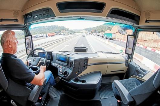 DIGITAL: Det digitale førerhuset kaller Mercedes denne varianten med to skjermer.