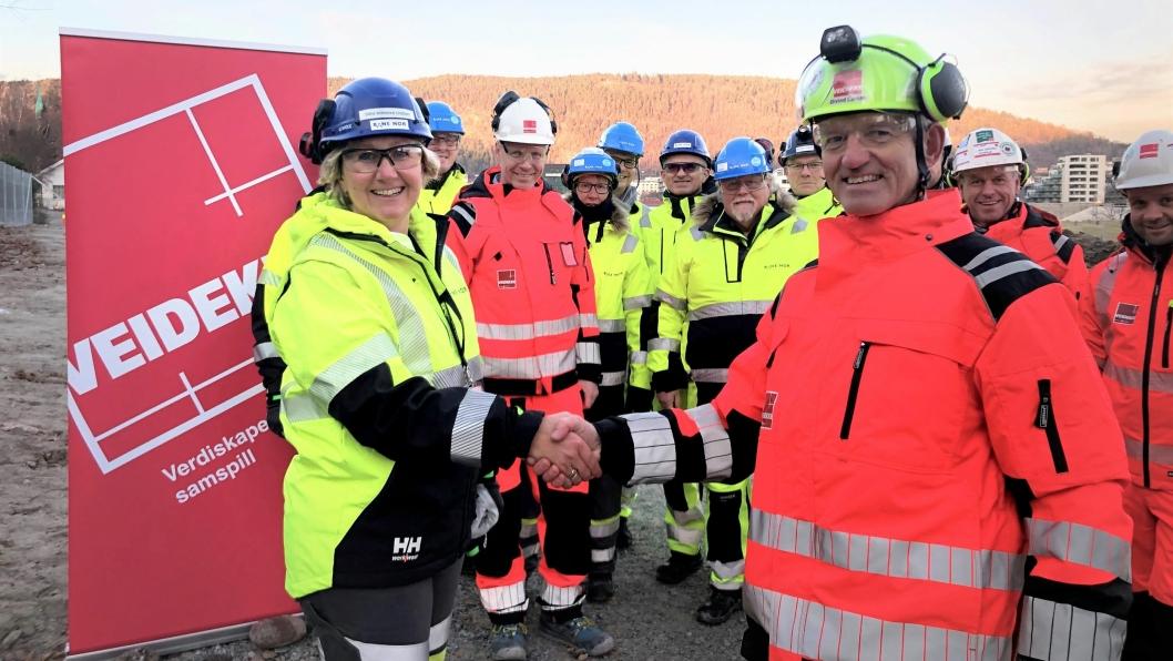 Fungerende utbyggingsdirektør Stine Undrum i Bane Nor og konserndirektør Øivind Larsen i Veidekke Anlegg markerer her avtaleinngåelsen.