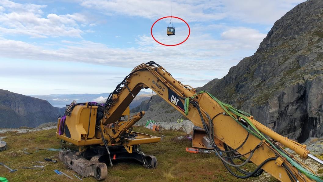 BYGGESETT: Det er ikke så mange som har bygd sammen en 8-tonner på 1000 meters høyde. Hytta kommer her med helikopteret.