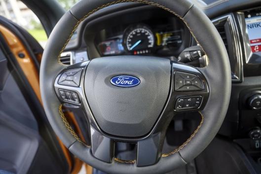 KNAPPER: Noen vil hevde Ford er i overkant rause med knapper på rattet.