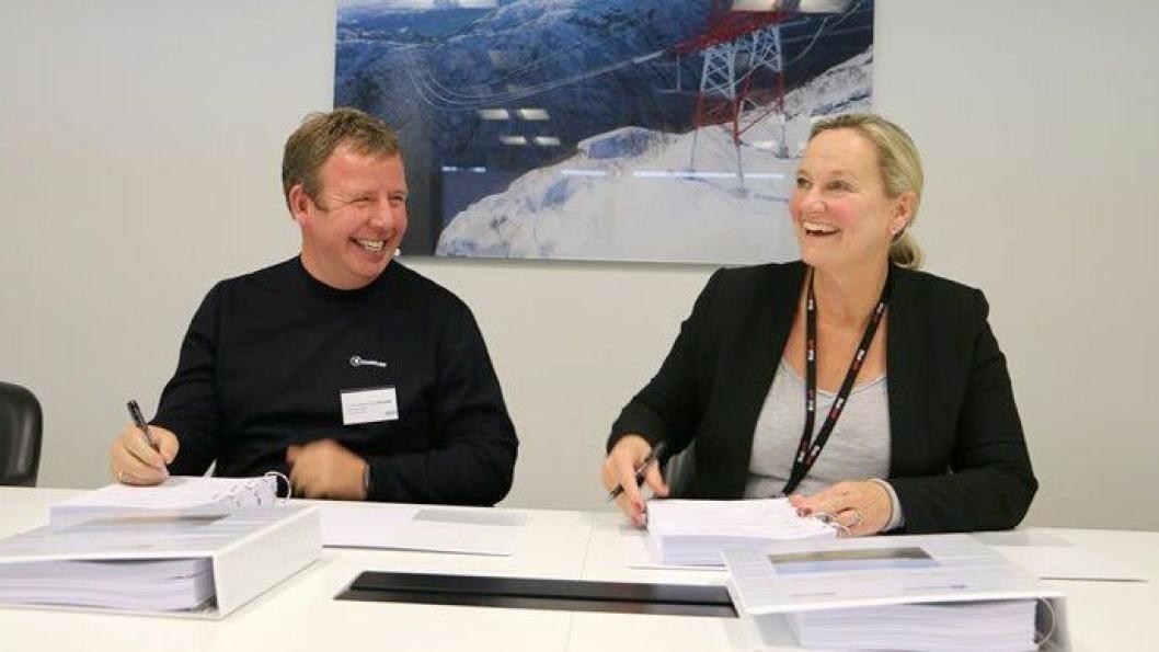 Tommy Stangeland, daglig leder i Stangeland Maskin, og Elisabeth Vike Vardheim, konserndirektør bygg og anlegg Statnett signerte kontrakten på 220 millioner kroner, 10. oktober 2019.