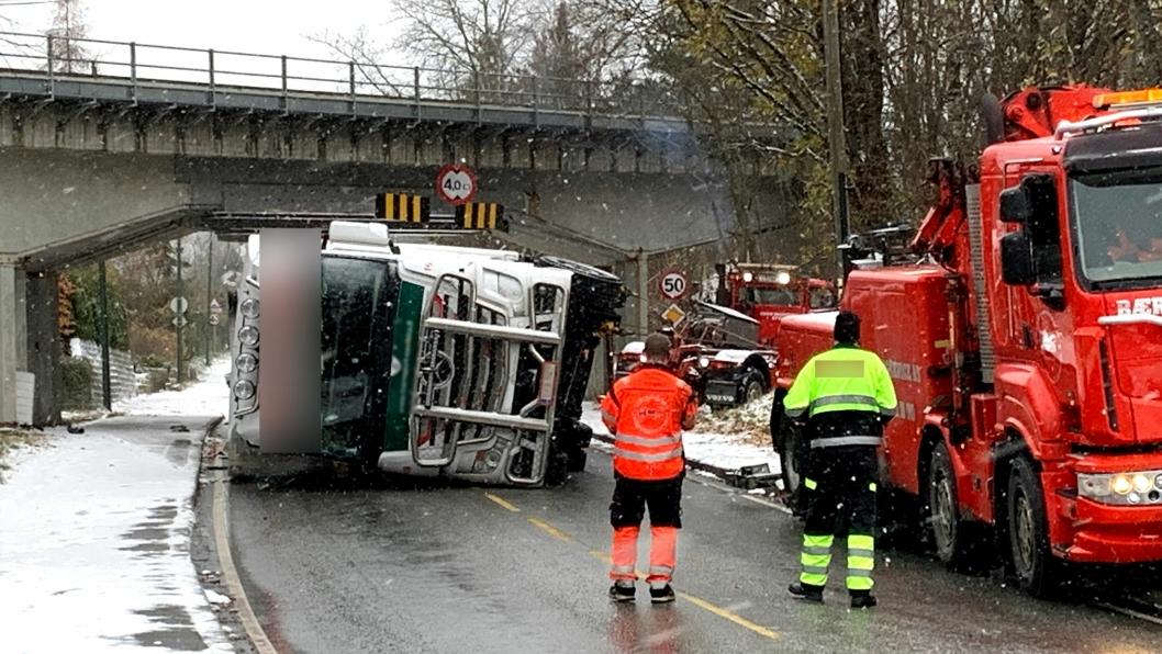 Sjåføren på det finske vogntoget trodde det var høyere klaring enn det som sto på skiltene. Resultatet ble velt. Her er Bærum Kranservice AS i gang med bergingen.