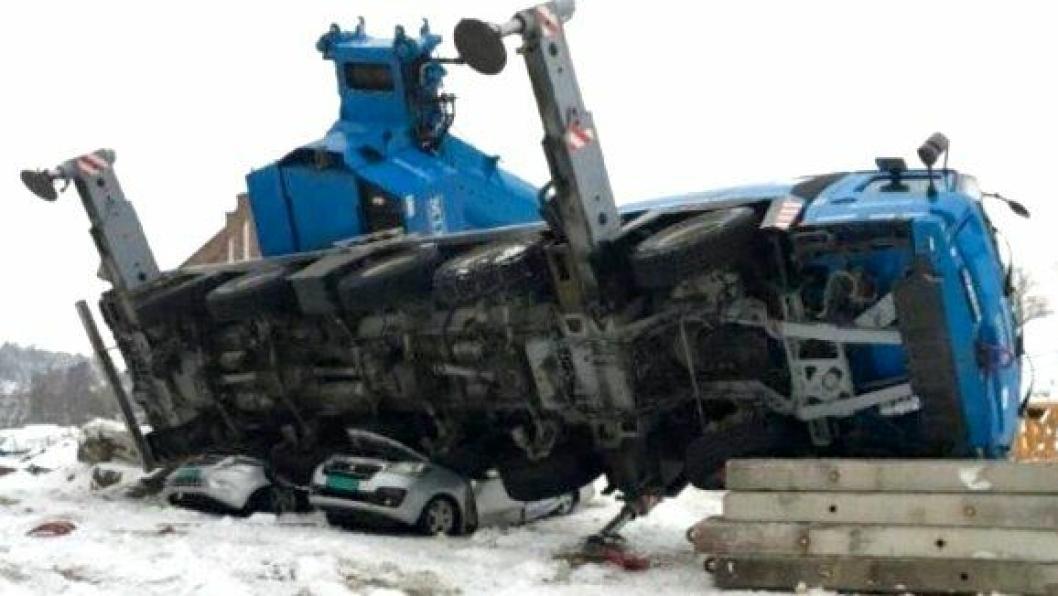 Ingen skal ha blitt skadet da mobilkrana veltet over to varebiler og en lastebil.