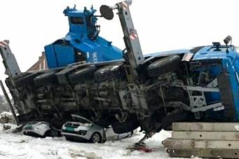 Mobilkran veltet på biler i Vestfold