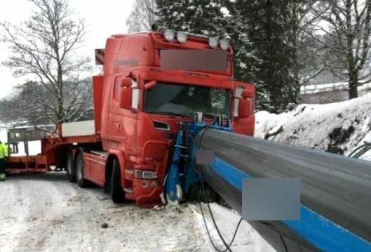 Trekkvogna står flere titalls meter unna stedet der mobilkrana står parkert, så farten/kraften på den utstrekte bommen må ha vært veldig stor da den sneiet førerhuset på trekkvogna.