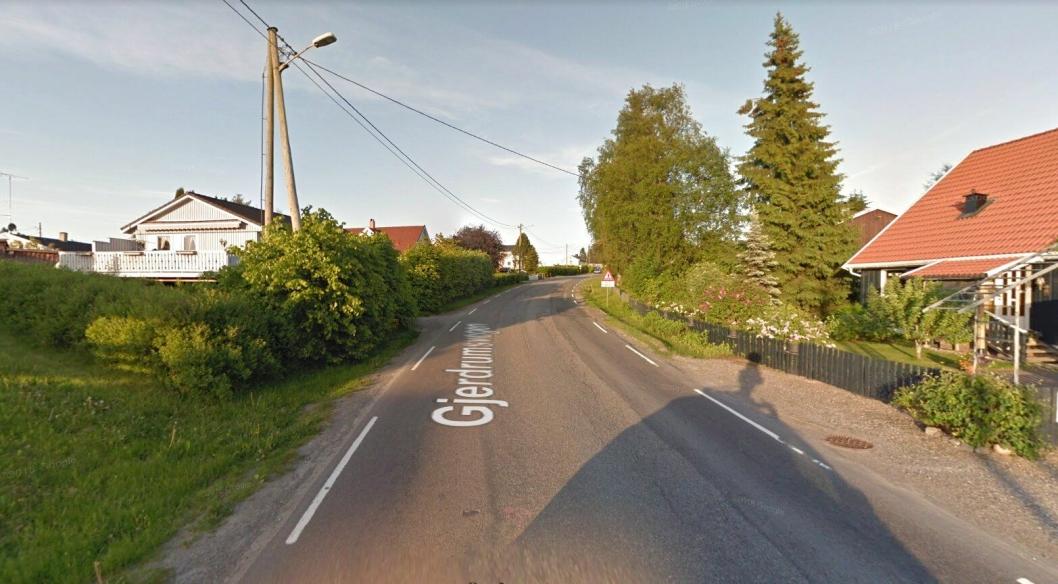 På fylkesvei 455 på Kløfta (Ullensaker kommune) i Akershus er det relativt mange som kjører. Nå skal skal de gående og syklende få en litt tryggere tilværelse på strekningen på bildet, mellom Ånerudvegen og Tveiterhellinga, der det skal bygges gang- og sykkelvei.