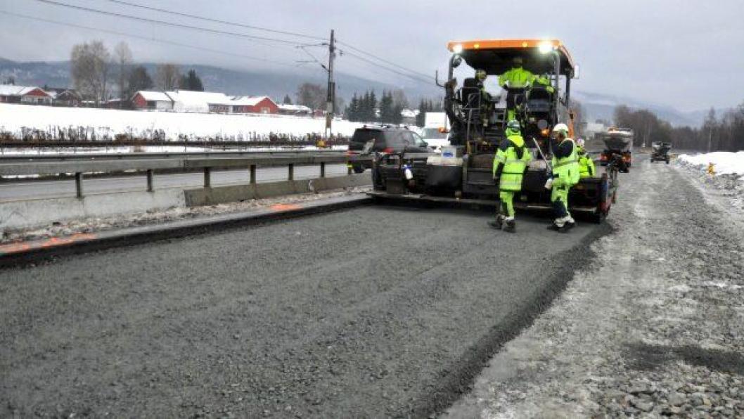 Første bærelag er lagt ut. Nå satses det på asfaltutlegging de kommende dagene dersom mildværer tillater det.