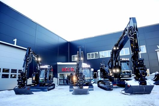 FULL FART: I Norge har Beck Maskin AS bygget nytt bygg, og satser tungt på salg og service av anleggsmaskiner, hovedsakelig Kobelco-maskiner. På bildet er tre svarte Kobelco-maskiner som ble solgt til Bjørn Furu Maskinentreprenør fra Kråkstad i februar 2019.