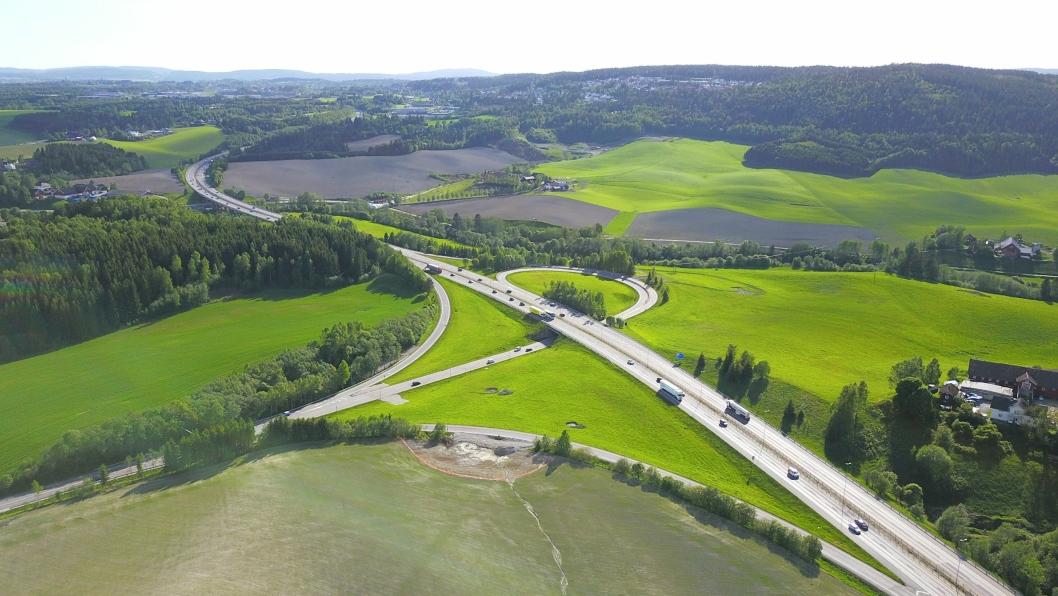Multiconsult skal bistå Nye Veier med å finne frem til optimaliserte løsninger for planfrie kryss på motorveier. Grankrysset på E6 i Akershus er et eksempel på et planfritt veikryss.