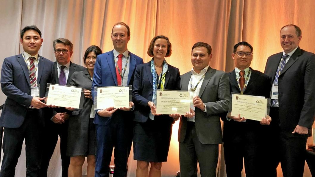 ITA Tunneling Awards i Miami USA 18. november der Follobanen var nominert i kategorien for de største prosjektene. I midten er Anne Kathrine Kalager (Bane Nor) og Fernando Vara (til høyre for Kalager) fra entreprenøren.