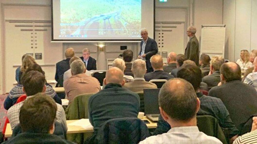 Her går Rolf Johansen (ansvalig for konkurransegrunnlaget), Øyvind Storløkken (byggeleder) og John Kjeken (prosjekteringsleder konstruksjoner) gjennom den planlagte strekningen for en konsentrert forsamling.