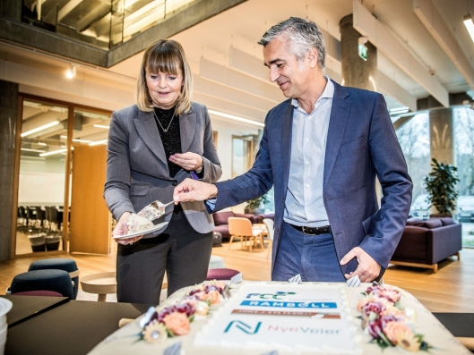Anette Aanesland, konst. adm. direktør i Nye Veier AS, og Pablo Ovejas, direktør i FCC Construcción A.S, fikk æren av å sprette kaken på kontraktsigneringen i Trondheim.