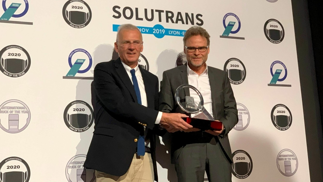 Juryformannen Gianenrico Griffini (t.v.) overrakte International Truck of the Year 2020-trofeet til Daimlers representant, Prof. Dr. Uwe Baake, leder for produktutvikling hos Mercedes-Benz Trucks.