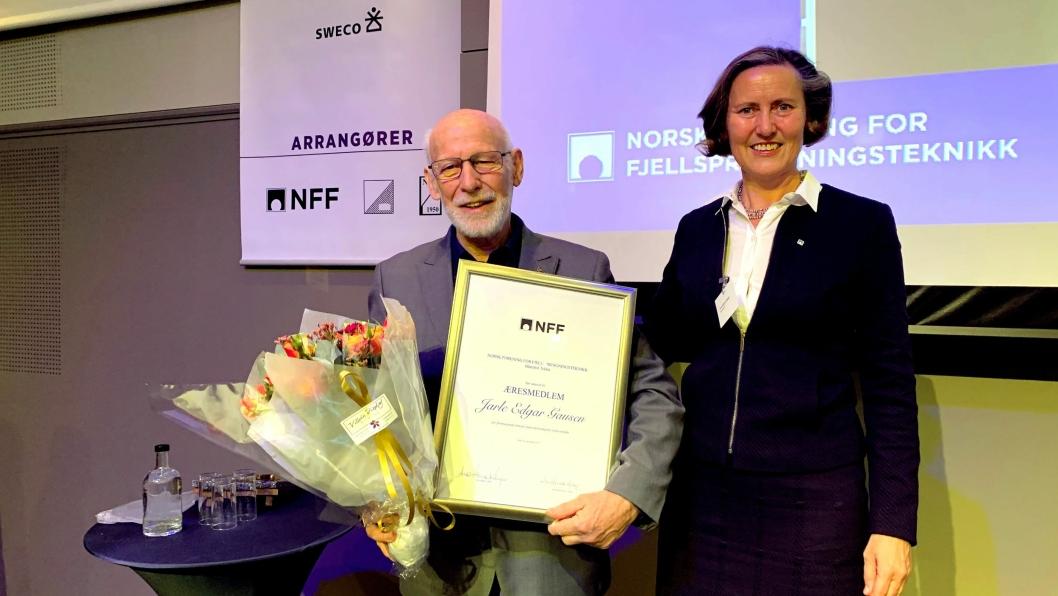 Jarle Edgar Gausen ble tildelt æresmedlemskapet av Anne Kathrine Kalager, styreleder i NFF, ved åpningen av Fjellsprengningsdagen i Oslo 21. november 2019.