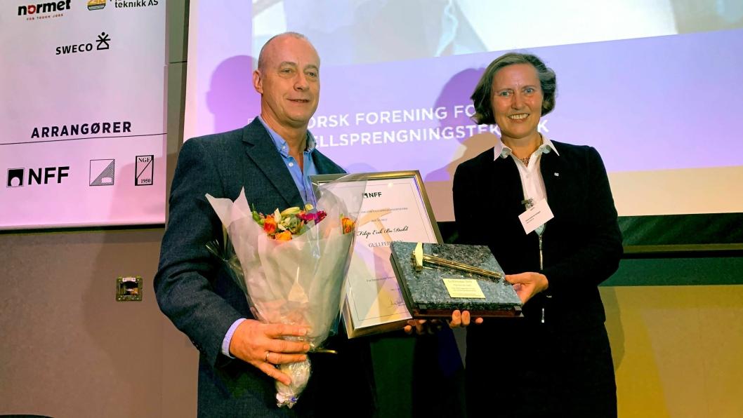 Filip Erik Bo Dahl ble tildelt gullfeisel av Anne Kathrine Kalager, styreleder i NFF, ved åpningen av Fjellsprengningsdagen i Oslo 21. november 2019.