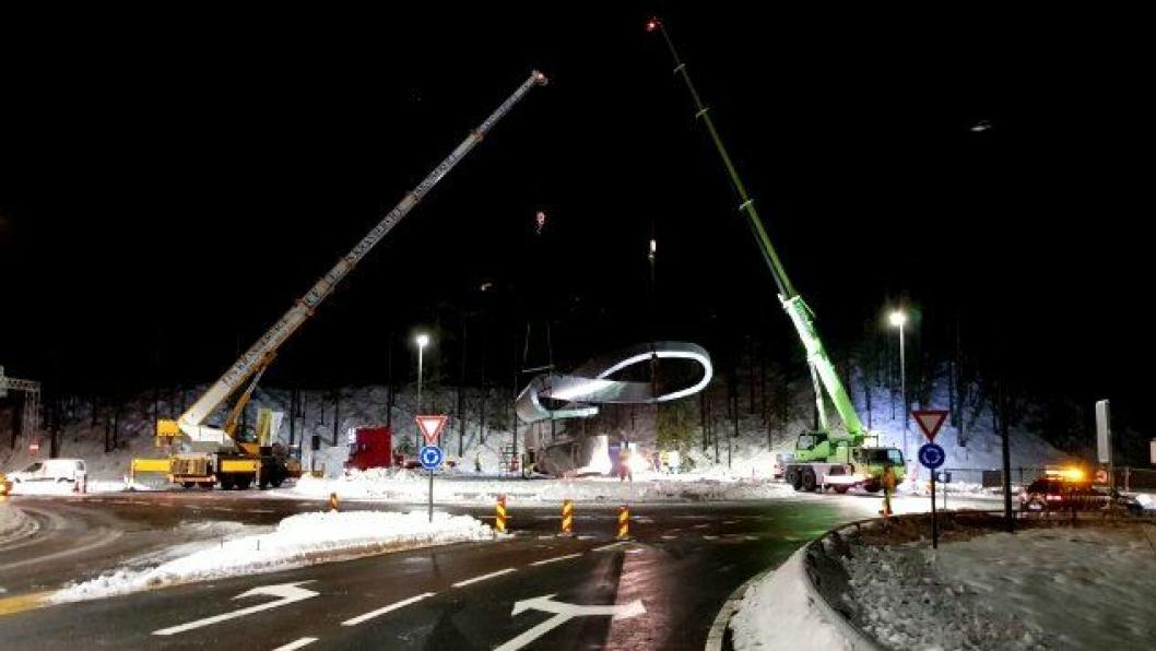 Det tok nærmere seks timer å heise den todelte skulpturen på plass, sette den sammen og montere den på betongsokkelen i rundkjøringen.