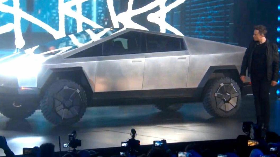 Teslas nye pickup, Cybertruck, ser definitivt ikke ut som andre pickuper. Her er Elon Musk i ferd med å presentere den i natt norsk tid.