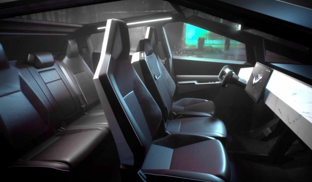 Innvendig er det minimalistisk, automatisk og skjermstyrt som vi er vant med fra Tesla. Et ratt er imidlertid fortsatt pliktskyldigst på plass.