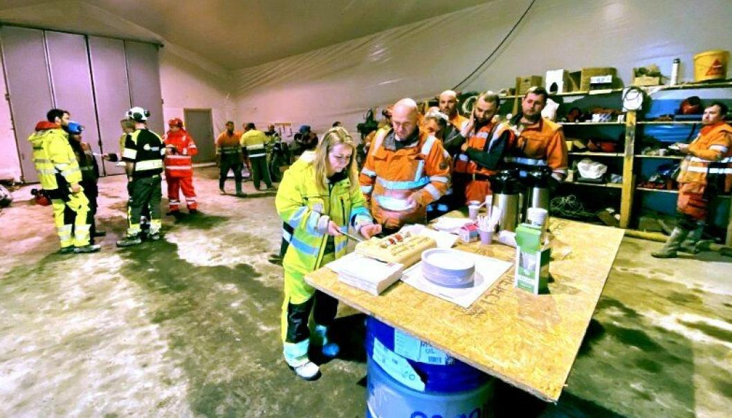 Gjennomslag feires ofte med kake i Norge. Dette var også tilfellet da det var gjennomslag på kabeltunnelen som ble bygget på prosjektet Rv. 555 Sotraforbindelsen.