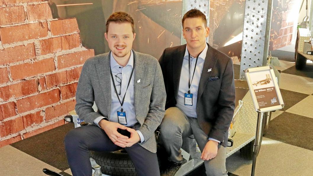 Markedssjef Kim Brandsnes (t.v.) og daglig leder Fredrik Duenger har tatt plass på en maskinhenger. Det går ut mange slike hos Ifor Williams Norge og forhandlerne.