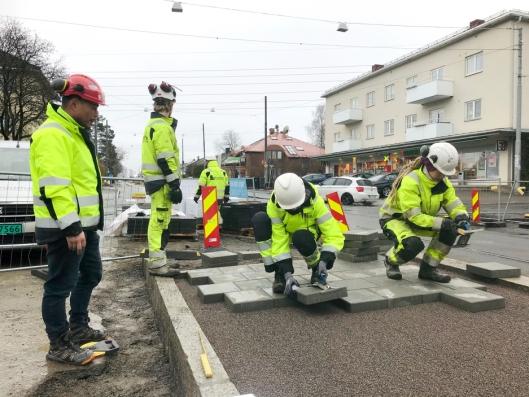 Lærlinger fra Braathen Landskapsentreprenør i arbeid med å bygge Grefsenplatået holdeplass i Oslo.