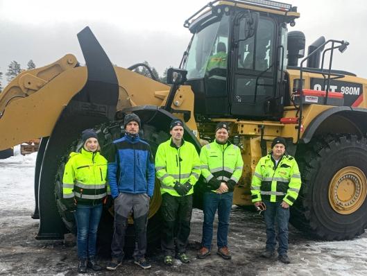 Fra venstre: Monica Hagenborg Bakken (tømmersjef Begna Bruk AS), Joachim Korsmo (maskinfører Begna Bruk AS), Bjørn Erik Kolsrud (maskinfører Begna Bruk AS), Tore Wistad (salgsingeniør i Pon Equipment AS) og Lars Fremming (instruktør i Pon Equipment AS).