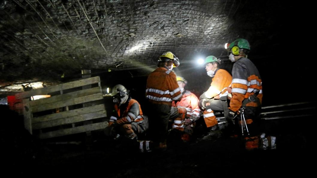 KULLEVENTYR I KNESTÅENDE: Gruvearbeiderne i Gruve 7, Norges siste og eneste kullgruve, må stå på knærne på grunn av høyden. Enkelte «ståsoner» finnes, men det er ikke alltid rett ved deg.