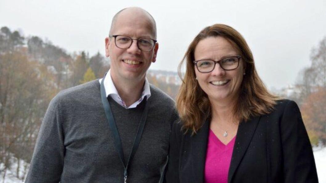Kjersti Kvalheim Dunham gir stafettpinnen videre til Tore Askeland som blir prosjektleder for Ferjefri E39 fra 1. desember 2019.