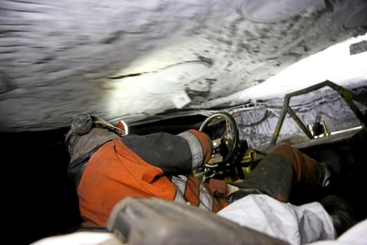 DUKK: Sjåfør Svein Jonny Albrigtsen bikker tidvis over til venstre for å unngå taket når han kjører kilometervis innover i de lave gruvegangene.