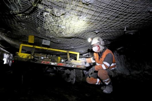 «BILEN»: Et nærbilde av gruvekjøretøyet som tar arbeiderne inn og ut av gruva. Her skal man ikke lide av klaustrofobi.