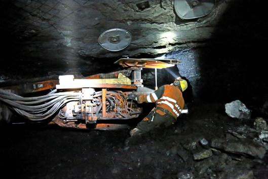 BOLTING: Bolteriggen er lav, og arbeiderne må stå på knærne når de sikrer nye områder innover i gruva.