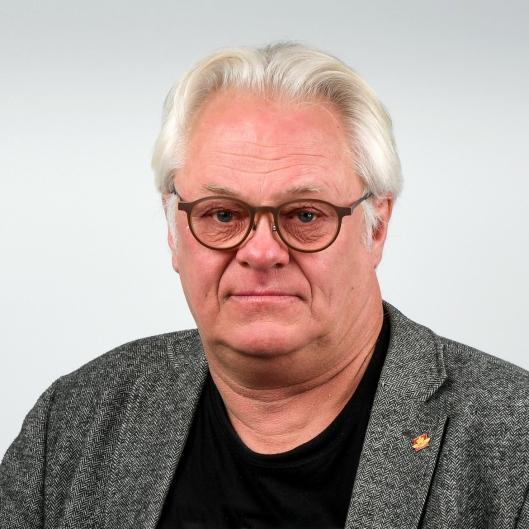 Lars Helge Rasch, kommunikasjonssjef for Statens vegvesen Region sør, ber sjåfører tenne lysene i den mørke tiden.