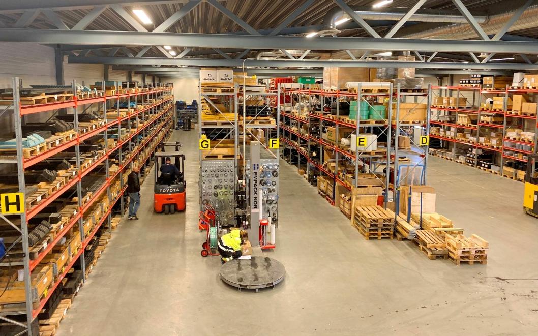 STORT SPEKTER: På lageret ved hovedkontoret i Grinder har de det meste av produkter til anleggsbransjen.