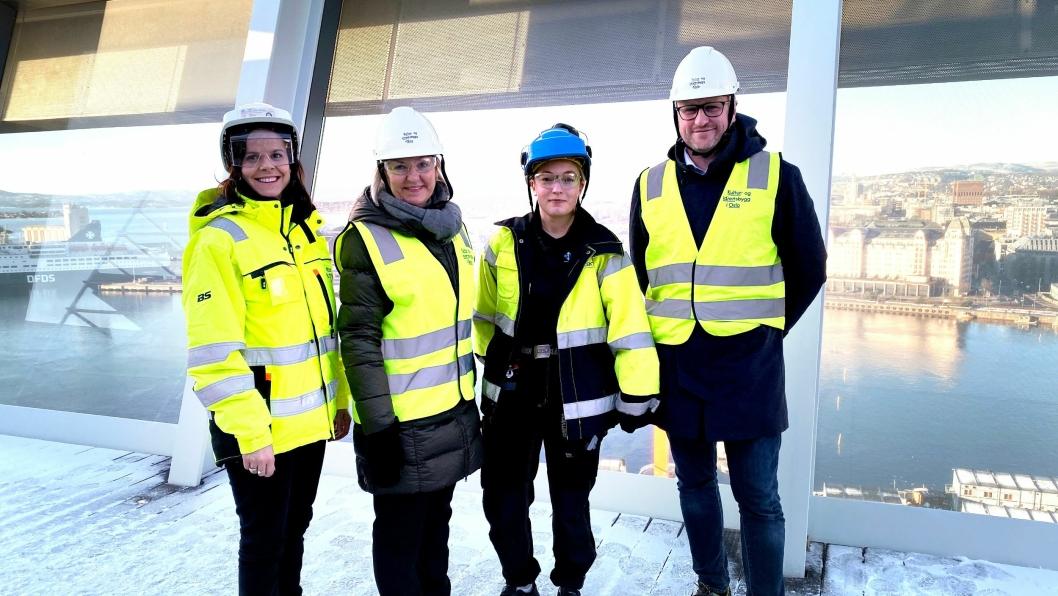 Fra venstre: Mari Haave Sveen (fagsjef arbeid mot arbeidslivskriminalitet i Kultur- og idrettsbygg), Eli Grimsby (direktør i Kultur- og idrettsbygg), Julie Olstad (elektrolærling i GK Norge) og Vegar Andersen (byråd for næring og eierskap i Oslo).