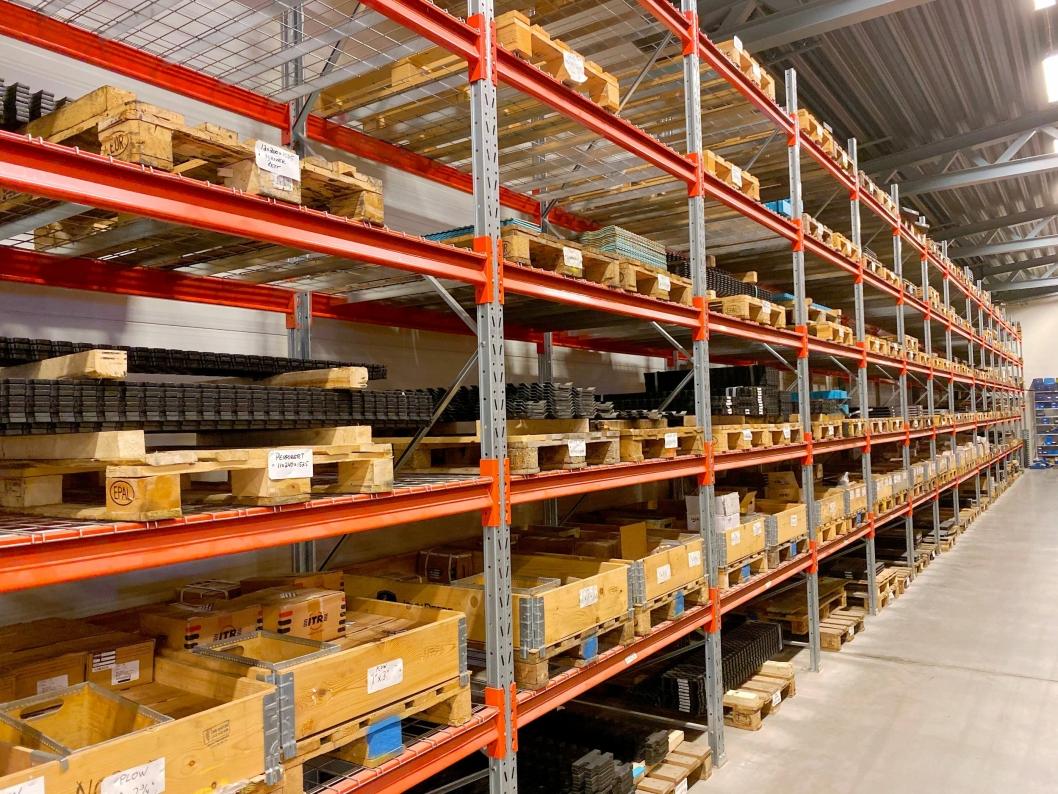 KONTROLL: De ansatte på lageret har litt å holde styr på.