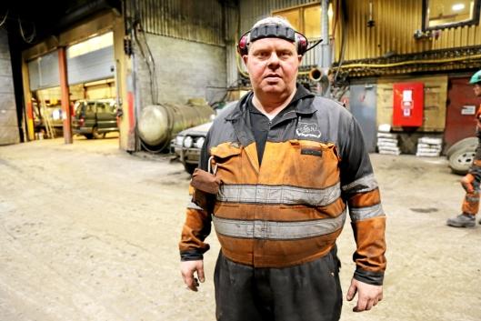 PÅ GØLVET: Gruvemekaniker Trond Olsen er vokst opp på Svalbard og har jobbet i gruvene i 26 år. Her ute i verkstedet.
